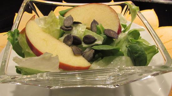 Zum Servieren wird der Salat in die Salatschälchen geben. Danach wird erst das Dressing darübergegeben. Abschließend mit den Kürbiskernen garnieren und genießen.