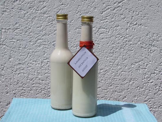 Die Milch dann mit Hilfe des Einfülltrichters in eine Flasche füllen. Diese gut verschließen und kalt stellen, wenn man nicht die gesamte Menge verbraucht.