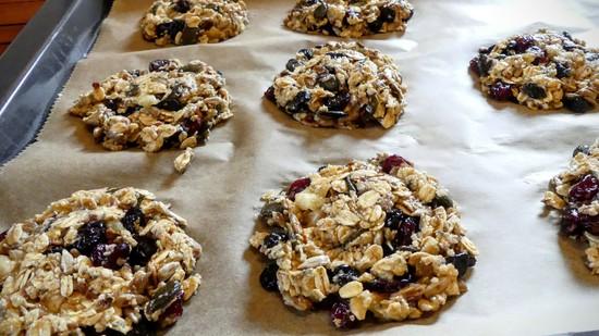 Die Kekse nun etwas flachdrücken. Tipp: Dafür eignet sich die Rückseite der Tasse gut. Diese dafür einfach ein wenig anfeuchten.