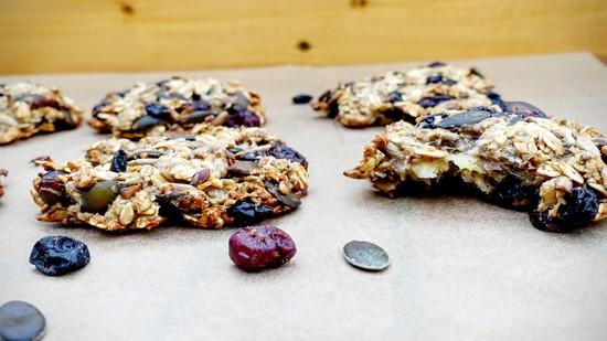 Die fertigen Kekse aus dem Backofen nehmen und auskühlen lassen, bevor sie gegessen werden.