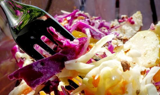 Den gesunden, fruchtigen Krautsalat in Schälchen oder auf Teller geben. Guten Appetit!
