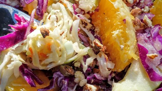 Das Experiment, die beiden Krautsorten zu einem fruchtigen, gesunden Krautsalat zu vereinen ist geglückt. Der Salat überzeugt sowohl optisch als auch geschmacklich.