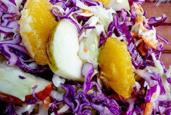 Den Apfel waschen, entkernen und in kleine Stücke schneiden und mit dem Rotkohl sowie den Orangen zu den Weißkohlstreifen hinzufügen und alles gut miteinander vermengen. Tipp: Ich verwende einen Bio-Apfel aus meinem Garten, den ich mit Schale an den Salat gebe.