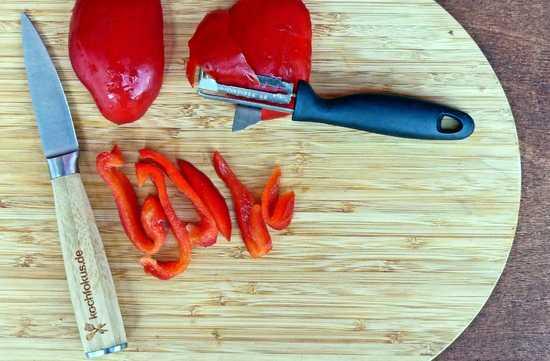 Die Paprika in Streifen schneiden und auch beiseitestellen.
