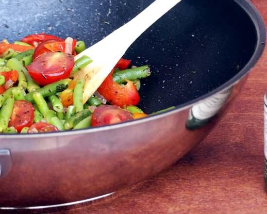 Die kleinen Tomaten hinzufügen, alles kurz durchkochen lassen und gegebenenfalls noch mit Salz abschmecken.