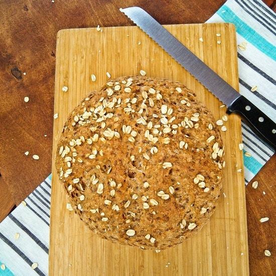 Lass das Brot noch abkühlen, bevor Du es anschneidest. So können die Aromen aus der Kruste in die Krume (das ist das Innere des Brotes) übergehen und Deinem Brot einen köstlichen Geschmack verleihen.