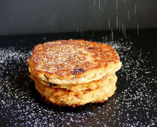 Man kann die Pancakes mit Puderzucker bestäuben oder aber mit Früchten servieren.