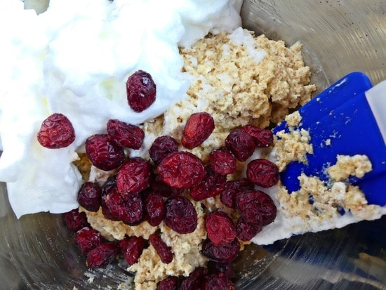 Anschließend die Cranberries und das steif geschlagene Eiweiß vorsichtig unter die cremige Teigmasse heben.