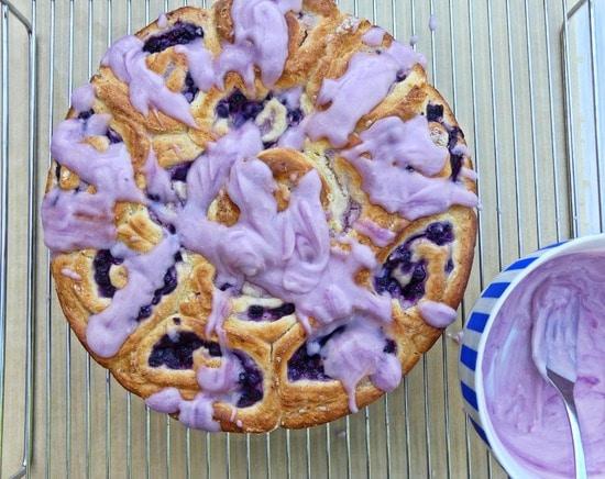 Den Kuchen mit der Glasur besprenkeln.