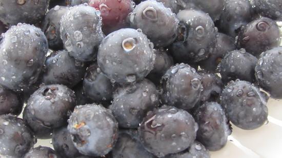 In der Zwischenzeit  die Heidelbeeren waschen, schlechte Früchte entfernen,  die Guten im Sieb abtropfen lassen und ebenso nochmals auswiegen. Tipp: Die Heidelbeeren ziehen keinen oder kaum Saft. Aus diesem Grunde brauchen sie auch nicht 3 Stunden vorher verarbeitet werden.