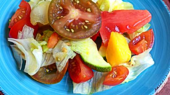 Abschließend den Salat auf die Teller verteilen und das Dressing erst kurz vor dem Servieren darüber geben.