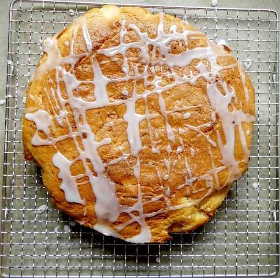 Danach den Kuchen mit dem Guss besprenkeln.