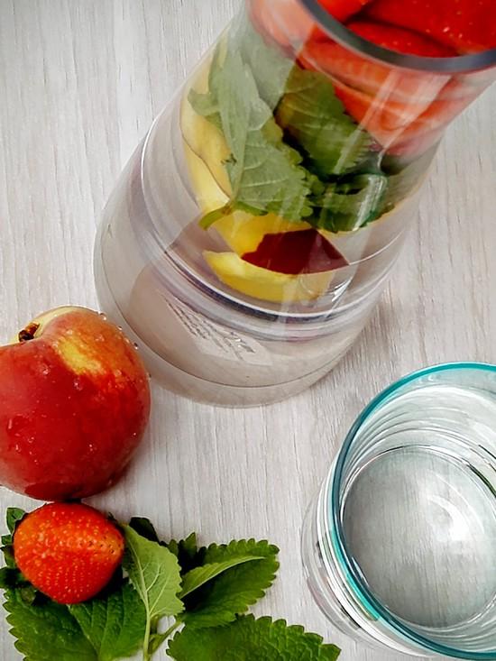 Abschließend die Karaffe aus dem Kühlschrank nehmen und das Infused Water in ein Glas geben und die Erfrischung genießen. Lasst Euch den Sommer schmecken.