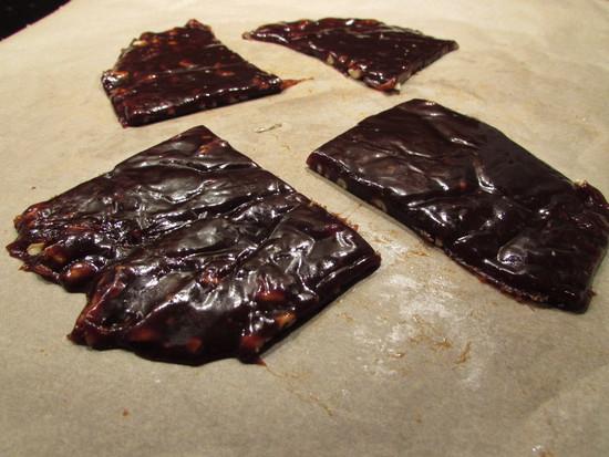 Nach 3 Stunden das Karamell aus dem Kühlschrank holen und von der Alufolie lösen, auf einem Brett vierteln und beiseite stellen.