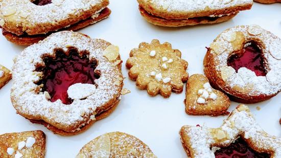 Lasst Euch die köstlichen Plätzchen nach Linzer Art schmecken!