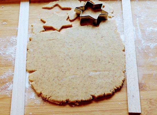 Anschließend den Teig auf die bemehlte Arbeitsfläche geben, noch einmal durchkneten und mit Hilfe der Teighölzer auf 3 mm Dicke ausrollen.