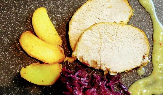 Die Fleischscheiben schön mit der Sauce auf einem Teller anrichten und Beilagen hinzugeben.