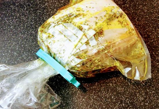 Den Beutel mit dem marinierten Fleisch für 3 Stunden in den Kühlschrank geben.