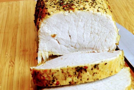 Während die Sauce köchelt, den Braten aus dem Backofen nehmen, kurz ruhen lassen und in Scheiben schneiden.
