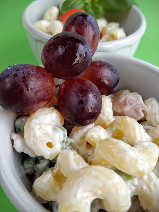 Wer lieber eine fruchtige Garnitur mag, kann den Salat auch mit Weintrauben oder aber anderen Früchten garnieren.