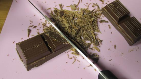 Als nächstes wird die Vollmilchkuvertüre mit dem Messer zerkleinert und wie oben beschrieben geschmolzen.