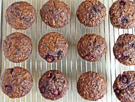 Die Muffins kurz auf dem Kuchengitter abkühlen lassen, bevor sie gegessen werden.