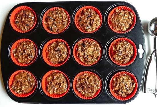 Den Teig nun möglichst gleichmäßig mit Hilfe des Eisportionierers in die Papier Backformen verteilen und die Muffin Backform in den vorgeheizten Ofen geben. Den Kurzzeitmesser auf 25 Minuten stellen.