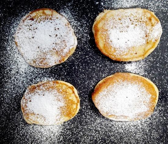 Man kann die Pancakes jedoch auch einfach mit Puderzucker bestäuben oder aber mit Früchten servieren.