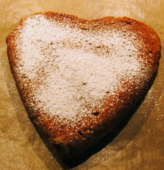 Anschließend den Kuchen aus dem Ofen holen und abkühlen lassen, bevor er mit dem Puderzucker bestäubt wird.