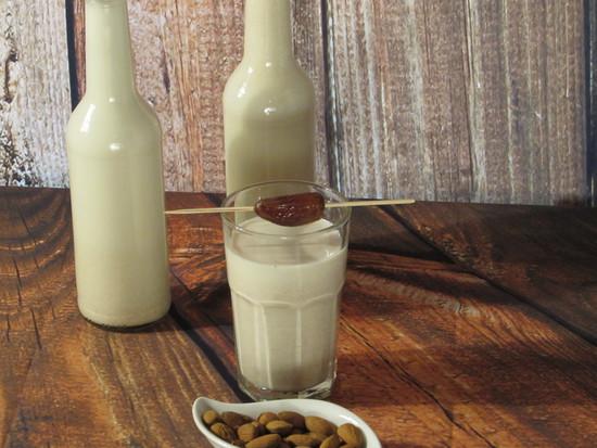 Die gesüßte Mandelmilch dann wieder mit Hilfe des Trichters in die zweite Flasche füllen.