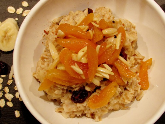 Abschließend die karamellisierten Aprikosen und Mandelstifte als Topping auf das vegane Mandel-Porridge geben.