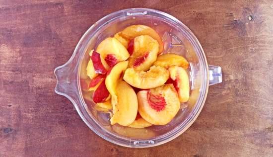 Die Fruchtstücke auswiegen und in den Standmixer geben. Alternativ in eine Schüssel geben.