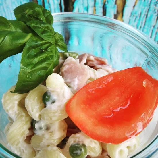 """Der köstliche Nudelsalat à la Mama kann übrigens auch hervorragend als """"Salad to go"""" verwendet werden. Dafür wird er einfach in ein geeignetes Glas gefüllt undals Mahlzeit bei der Arbeit oder aber beim Picknick verspeist."""