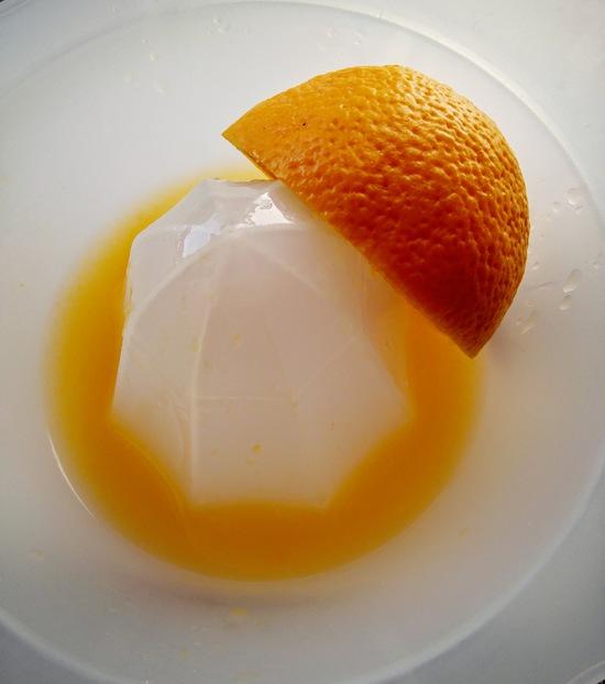 Anschließend die Orange halbieren, beide Hälften auspressen, hinzufügen und alles zu einem cremigen Teig verrühren.