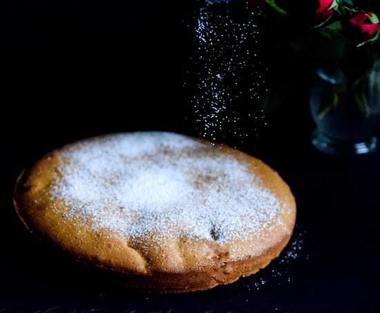 Abschließend die Kuchenoberseite mit Puderzucker bestreuen.