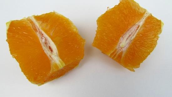 Zuerst die Orange schälen und halbieren. Wer mag, legt zwei Stücke zum Garnieren beiseite.