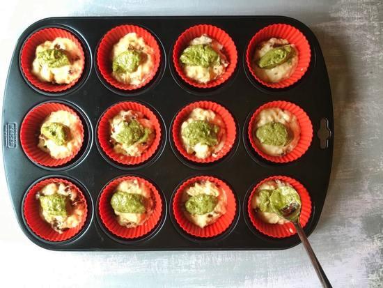 Jetzt auf jeden Muffin etwas von dem Pesto alla Genovese geben.
