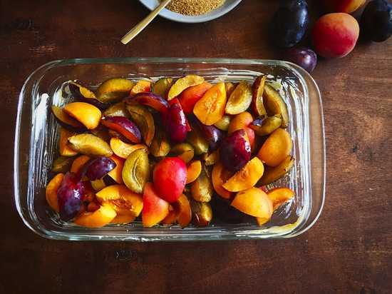 Die Früchte vermischen und dann in die vorbereitete feuerfeste Form geben.