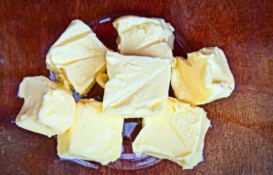 Die Butter aus dem Kühlschrank nehmen, in Stücke schneiden und zu den anderen Zutaten für die Streusel geben.