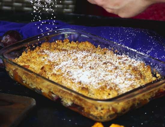 Wenn die Streusel goldbraun gebacken sind, den Crumble aus dem Backofen nehmen und nach Belieben mit Puderzucker bestreuen.
