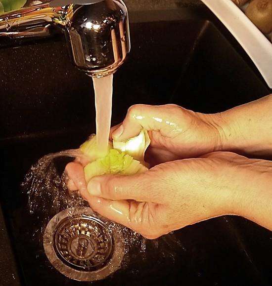 Der Porree muss etwas gründlicher gewaschen werden, denn zwischen seinen Blättern befindet sich häufig Erde. Zunächst jedoch schneidet man das Wurzelende ab. Ebenso verfährt man mit den grünen Blättern des oberen Endes. Danach schneidet man in das obere Ende ein Kreuz, das ein wenig bis in das Weiße des Porrees hineingeht. Nun wäscht man den Porree unter fließendem Wasser zunächst von außen ab und danach biegt man die Blätter an der Stelle um, an der das Kreuz geschnitten wurde, so dass auch ein Teil des Inneren vom Porree von der Erde gereinigt wird. Tipp: Wem das nicht gründlich genug ist, der schneidet den Porree der Länge nach durch und reinigt so Blatt für Blatt unter fließendem Wasser.