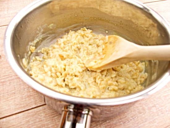 Wenn die Mandelmilch kocht, die Haferflocken hinzufügen und den Haferbrei einköcheln lassen. Dabei immer wieder rühren. Tipp: Die Einkochzeit richtet sich nach dem Geschmack. Wenn man das Porridge lieber ganz weich mag, sollte man es ruhig ein wenig länger einkochen lassen.