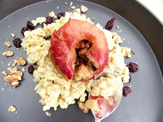 Genießt Euer Porridge mit gebackenem Apfel und Walnüssen zum World Porridge Day!
