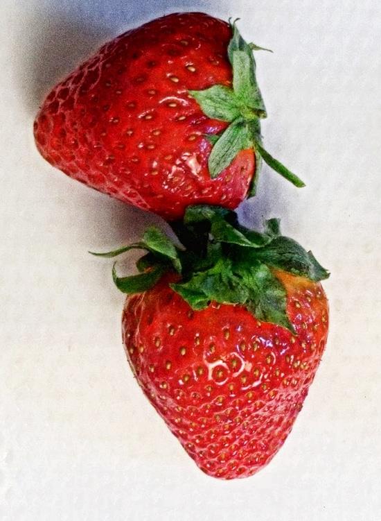 Vorbereitend die Erdbeeren waschen, entkelchen, vierteln, in ein Schälchen geben und zunächst beiseite stellen.