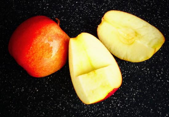 Danach den Apfel waschen, halbieren, das Kerngehäuse entfernen und einen halben Apfel zu den anderen Zutaten hinzufügen.