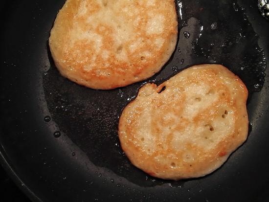 Die fertig gebackenen Pancakes auf einen Teller legen und den restlichen Teig zu Ende backen.