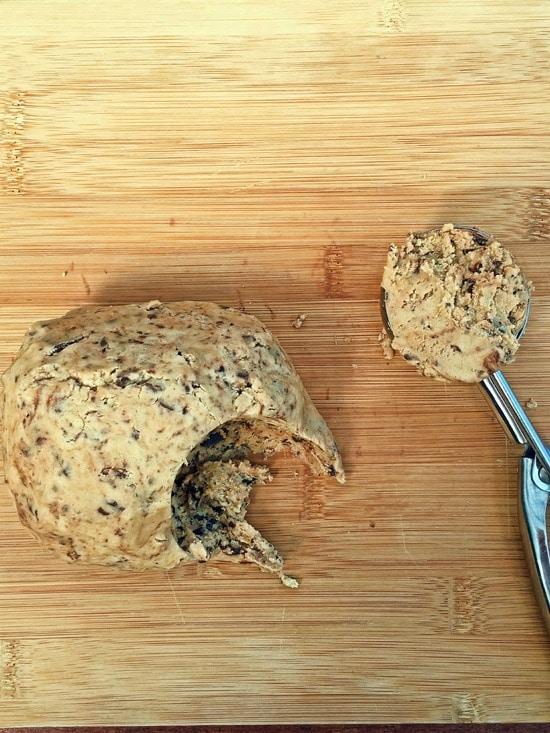 Ich mache zwei Keksvarianten:   Variante 1:  Mit dem Eisportionierer Kekse aus dem Teig ausstechen und den Teig dann etwas flach in den Eisportionierer drücken.