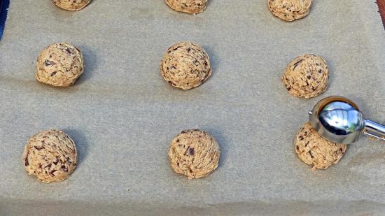 """Die Kekse dann so formen, als wolltest Du Eiskugeln machen. Nun diese """"Keksbällchen"""" mit etwas Abstand zueinander auf das Backblech legen."""