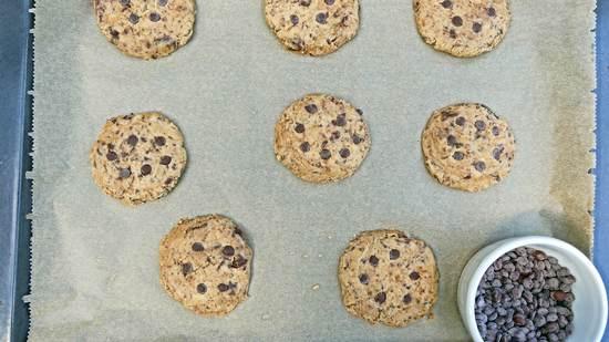 Wer mag, gibt nun wieder noch einzelne Schokoladentröpfchen auf die einzelnen Kekse.