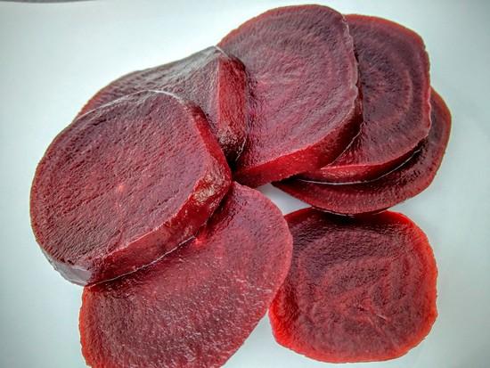 Jetzt die Einmalhandschuhe anziehen und die Rote Beete in Scheiben schneiden. Diese ebenso zu den anderen Früchten hinzufügen. Tipp: Ein kleines Stück Rote Bete aufheben, wenn man einen Fruchtspieß machen möchte.